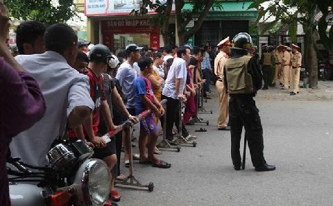 Ngán ngẩm: người dân đổ xô đi xem bắt nghi phạm ôm lựu đạn cố thủ