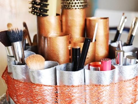 Tận dụng lõi cuộn giấy vệ sinh làm ống đựng cọ trang điểm