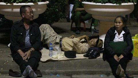 Ngủ vỉa hè, nằm trên xe chờ phát ấn đền Trần
