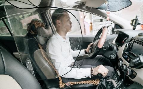 Lắp vách ngăn bảo vệ sau vụ lái xe taxi bị cứa cổ