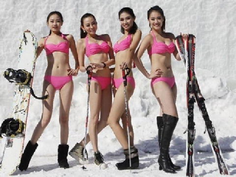 Mặc đồ bơi trượt băng giữa trời đầy tuyết