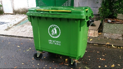2 thanh niên chạy xe vào ngõ vắng trộm thùng rác