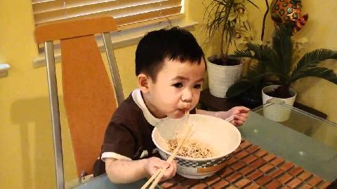 Cậu bé 2 tuổi dùng đũa điêu luyện và câu chuyện phía sau khiến nhiều người bật khóc