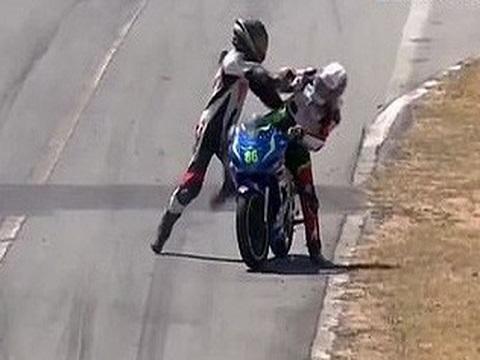 2 tay đua mô tô đánh nhau ngay giữa trường đua ở Costa Rica