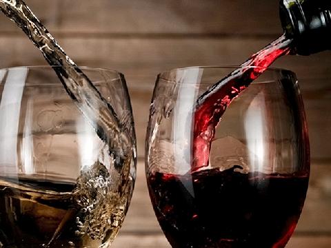 Cần gì người để ôm, nếu lanh hãy nhấp thêm vài ngụm rượu?