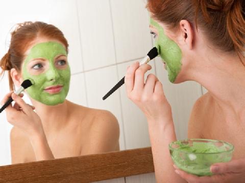 Chăm sóc da và tóc ban đêm theo phong cách người mẫu Emily Ratajkowski