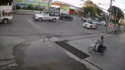 Nữ tài xế ''đen đủi nhất tháng'', gặp tai nạn 2 lần trong ít phút