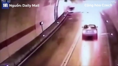 Ôtô phát nổ sau khi va vào nhau trong hầm đường bộ