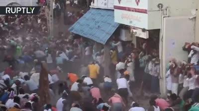 Hàng trăm người ném phân bò vào nhau đến bầm dập ở Ấn Độ