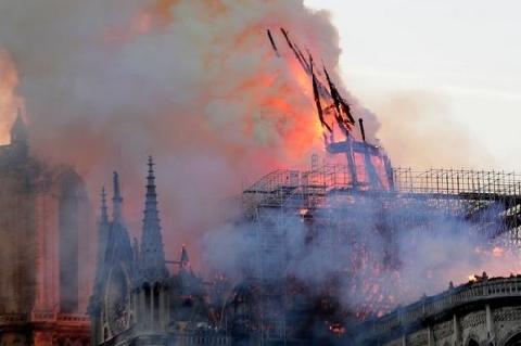 Khoảnh khắc tháp Nhà thờ Đức Bà Paris đổ sập trong vụ cháy