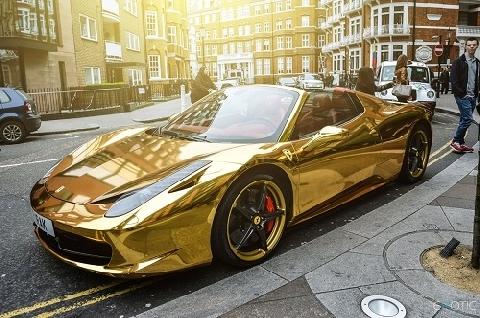 Siêu xe mạ vàng bị tịch thu vì... gây chói mắt