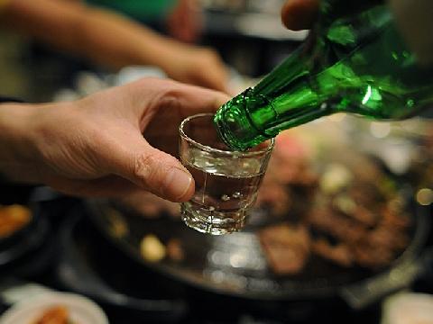 Vì sao cơ thể trở nên tồi tệ sau một đêm uống rượu?