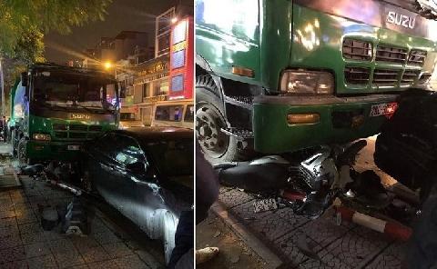 Xe rác tông liên hoàn phương tiện đang dừng đèn đỏ
