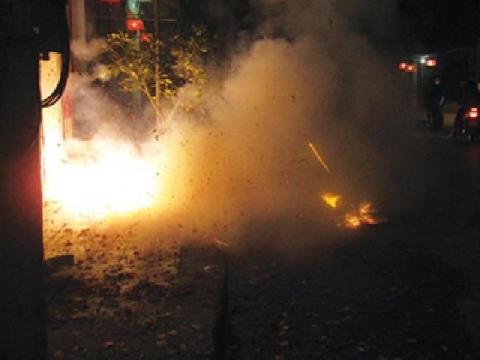 Cậu bé châm lửa khiến mặt đường nổ tung như bom