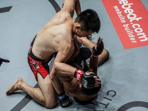 """Võ sĩ Hàn Quốc knock-out đối thủ trong 14 giây bằng """"liên hoàn chưởng"""""""