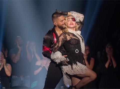 Madonna mặc tất lưới quay lại làm cô đào bốc lửa 17 tuổi tại BBMAs