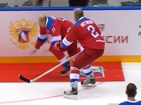 Ông Putin ngã nhào khi chào khán giả sau trận khúc côn cầu
