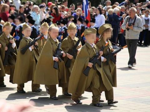 Cuộc diễu hành cầm súng của trẻ mẫu giáo Nga gây bão phẫn nộ