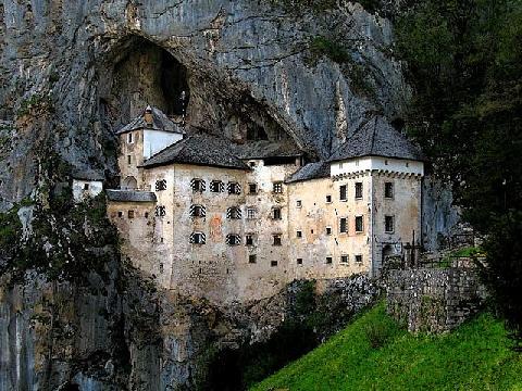 Lâu đài ''chui tọt'' vào vách núi ở Slovenia