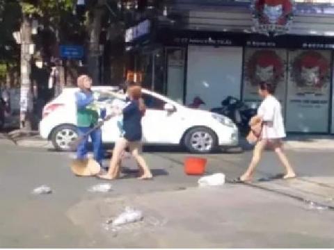 Đánh chị lao công vì bị nhắc nhở do vứt rác bừa bãi, chủ shop quần áo bị phạt 2,5 triệu đồng