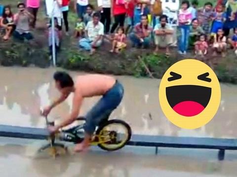 """""""Chết cười"""" với màn đi xe đạp hài hước nhất thế giới"""