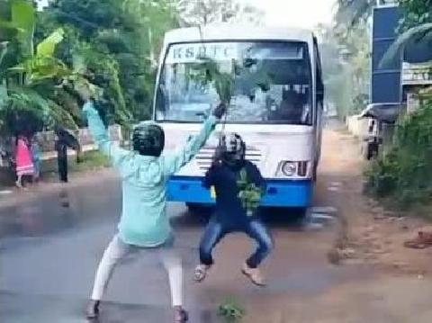 Giới trẻ ''cuồng'' trào lưu nhảy múa trước đầu ô tô đang chạy