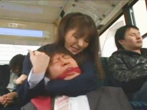 Bị sàm sỡ trên xe buýt, người phụ nữ bắt giữ kẻ tình nghi