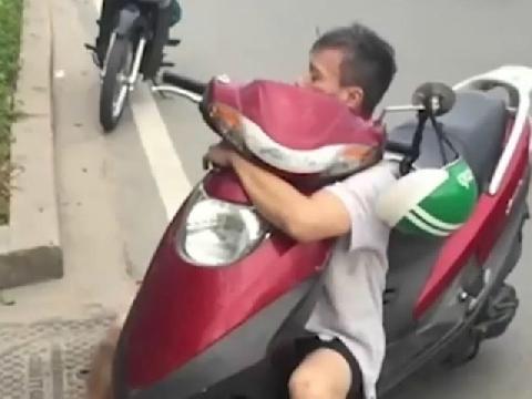 Ngáo đá ''quan hệ'' với xe máy trên xa lộ Hà Nội