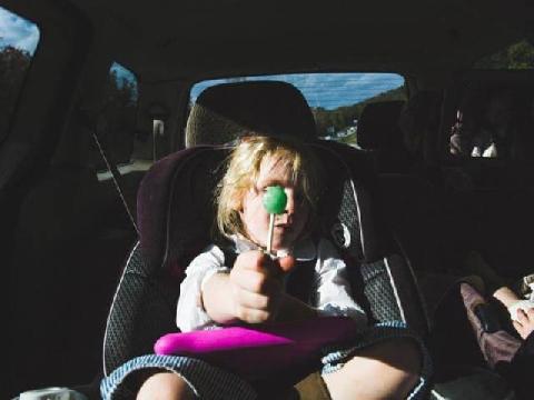 Bé trai Mỹ 4 tuổi tự lái ôtô đi mua kẹo