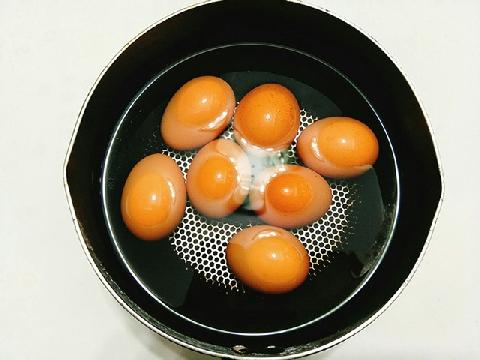 Điều gì xảy ra nếu ngâm trứng vào nước ngọt có ga?