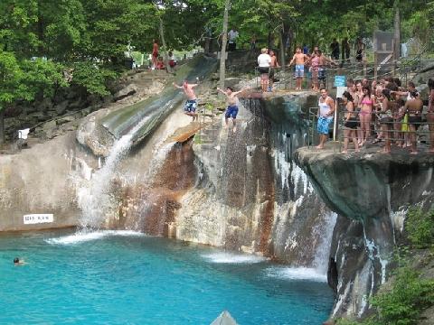 'Hố ác mộng' bẫy du khách rơi từ độ cao 39m xuống nước trong 15 giây