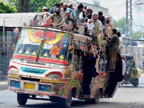 Sinh viên ngã nhào vì ngồi chồng chất trên nóc xe bus Ấn Độ
