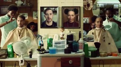 Cửa hiệu cắt tóc chơi lớn: Ai đến cắt tóc được dán hình