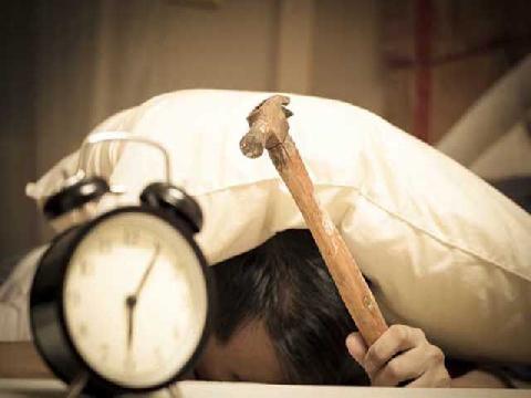 Trước khi phát minh ra đồng hồ báo thức, làm cách nào người ta có thể dậy đúng giờ?