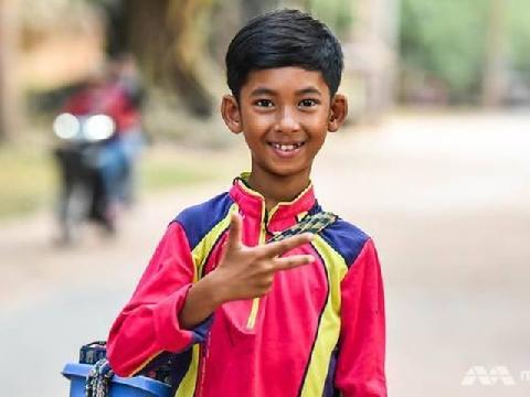 Cậu bé bán rong Campuchia nói 16 thứ tiếng