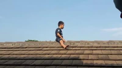 Cậu bé trèo lên mái nhà suốt 2 giờ vì sợ... cắt bao quy đầu