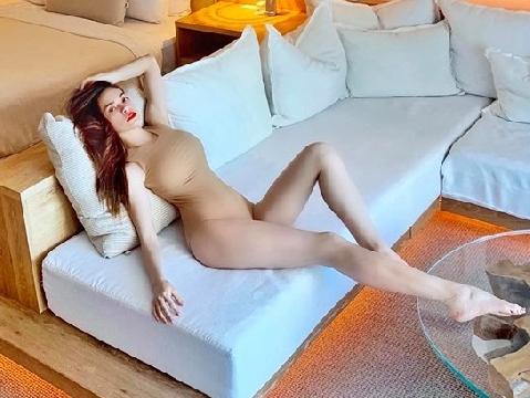 Hồ Ngọc Hà mặc bikini màu nude khiến fans hết hồn vì tưởng không mặc gì