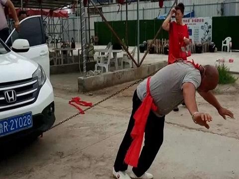 Mục kích võ sư Trung Quốc kéo hai ôtô bằng một tai