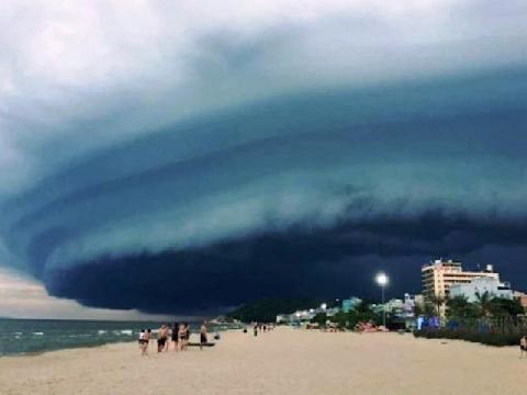 Cơn giông 'hút' cả bầu trời trước bão