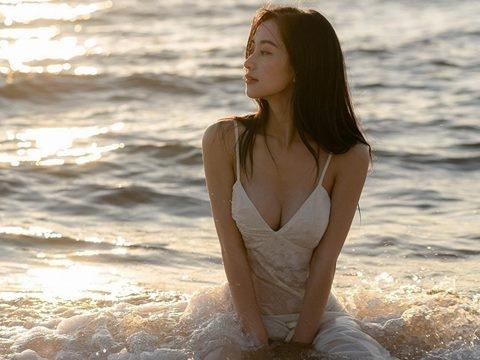 Chẳng cần quá hở hang, Jun Vũ vẫn vô cùng gợi cảm bên biển hè