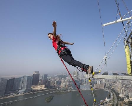 Kỳ lạ cuộc thi nhảy cầu từ độ cao 24m