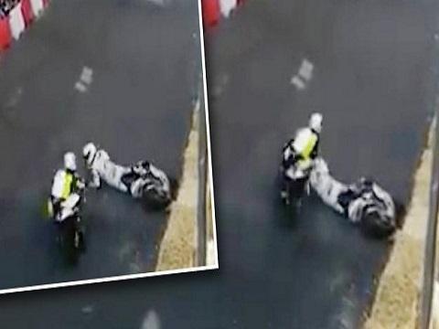 Tay đua môtô thoát chết sau khi bị đối thủ tông vào đầu