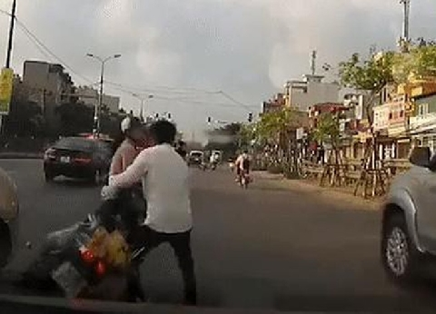 Sau va chạm, người phụ nữ bị tài xế rồ ga xe máy đâm vào một lần nữa