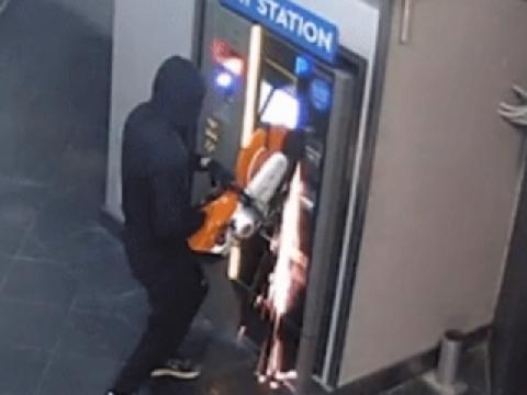 Nhóm trộm liều lĩnh tìm cách cưa cây ATM trộm tiền
