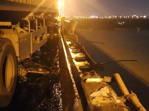 Xe container đâm người rơi xuống sông Hồng