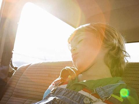 Cách giải cứu người bị mắc kẹt trong xe ô tô ai cũng cần biết