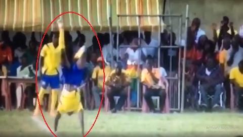 HÀI HƯỚC: Cầu thủ nhận thẻ vàng vì dùng tay... rời sân