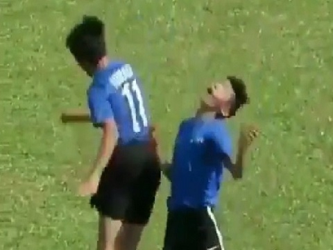 Cầu thủ ăn mừng bàn thắng bằng cách 'đấm vỡ mặt' đồng đội