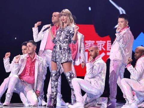 Taylor Swift siêu sexy, đãi fans loạt hit khủng trong ''Đêm độc thân''