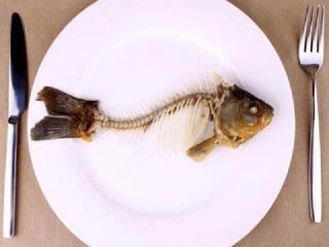 Gỡ xương cá bằng dĩa và những mẹo nhà bếp hữu ích